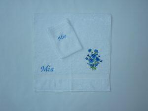 Witte handdoek en washand met bloem