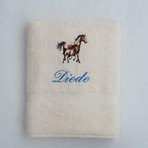 Ecru douchelaken met paarden voor Diede