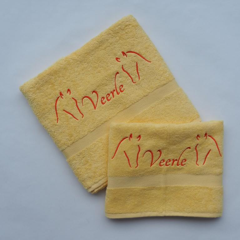 Gele handdoek en douchelaken met paard en naam