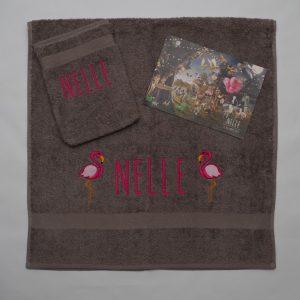 Taupe handdoek en washand met famingo's voor Nelle