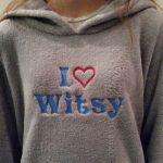Geborduurde fleece trui met vrije tekst